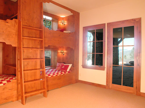 bunkroom-walks-out-onto-back-patio-loer